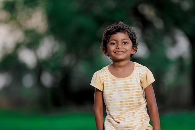 貧しいインドの女児 Premium写真