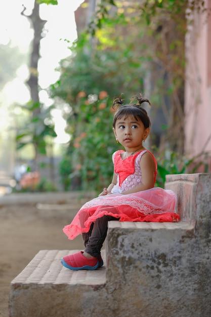 Индийская маленькая девочка ребенок играет Premium Фотографии