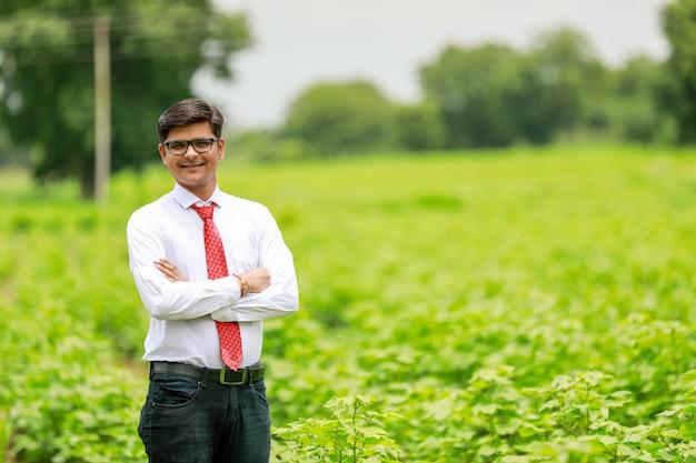 綿畑のインドの農学者 Premium写真