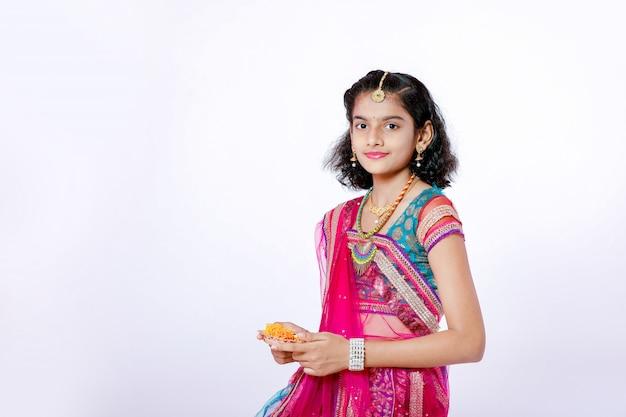 Индийская девушка празднует фестиваль дивали Premium Фотографии