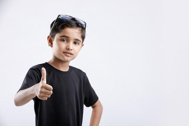 親指を現して少しインド/アジアの少年 Premium写真