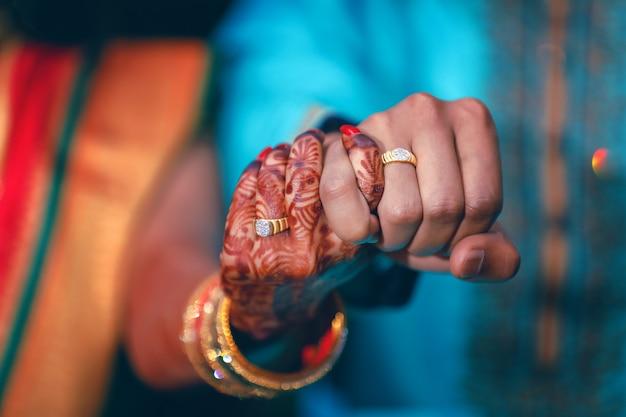 カップルの手で黄金の婚約指輪 Premium写真