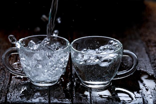 ガラスのコップで水のしぶき Premium写真