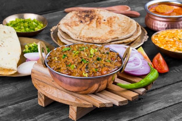 Индийская кухня сев таматар Premium Фотографии