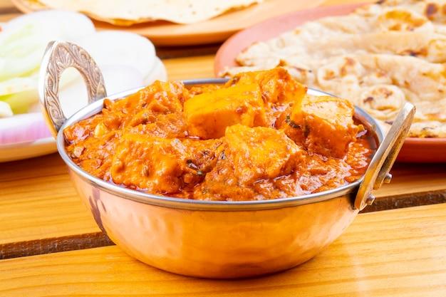 インドのおいしいスパイシーな料理パニールトゥーファニタンドリーロティ添え Premium写真