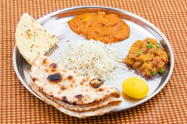 インドの伝統的なターリー料理 Premium写真