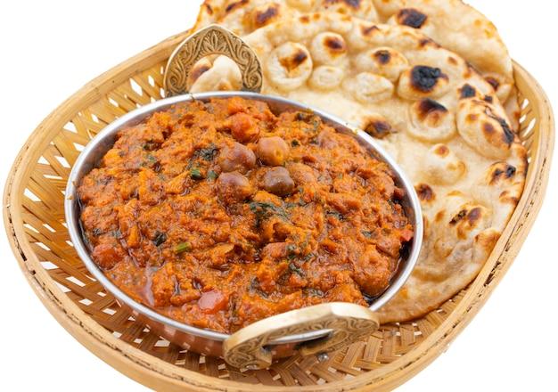 白い背景の上のインドの健康料理チャナマサラ Premium写真
