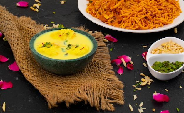 伝統的なインドのデザートラスマライ Premium写真