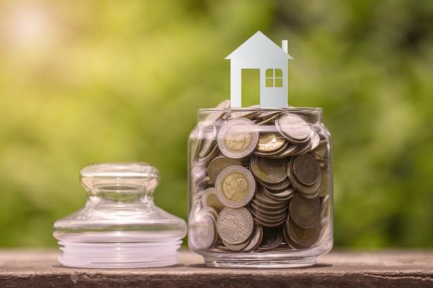 ガラス瓶の中のコインの家モデル Premium写真
