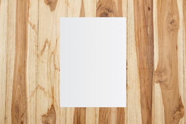 木製の背景に白のテンプレート紙 Premium写真
