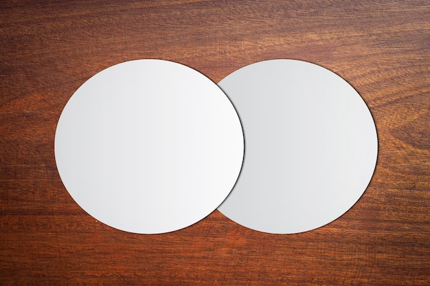 Белый круг бумага на старинных коричневых деревянных Premium Фотографии