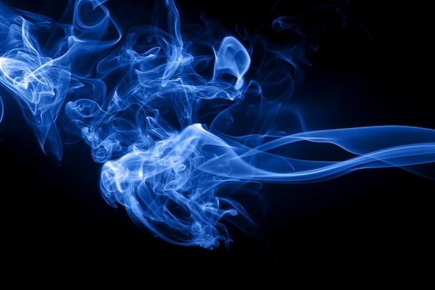 黒の背景、有毒ガス、闇の概念に青い煙抽象 Premium写真
