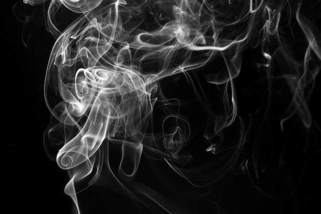 黒い背景に白い煙抽象。火 。闇の概念 Premium写真