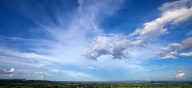 自然風景の背景に白い雲と美しい青い空 Premium写真