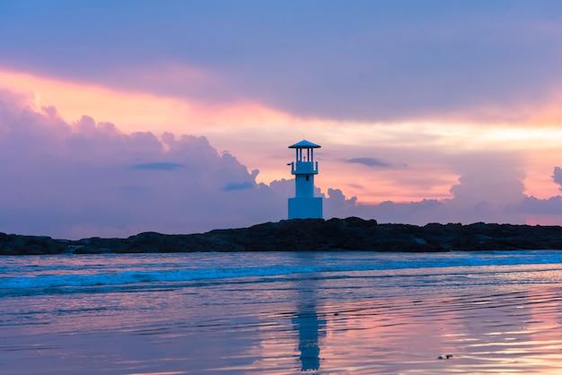 反射と夕暮れの灯台。 Premium写真