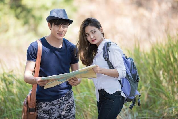 地図、アジアカップルと屋外旅行。 Premium写真