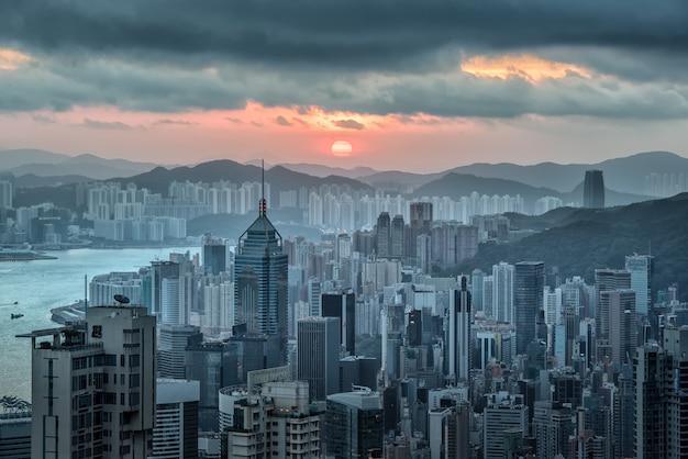 朝の日の出でビクトリアピークから香港のスカイラインビュー。 Premium写真