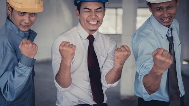 拳バンプ、拳バンプの同僚のコラボレーションを与えるビジネス人々のグループが手を合わせ、 Premium写真