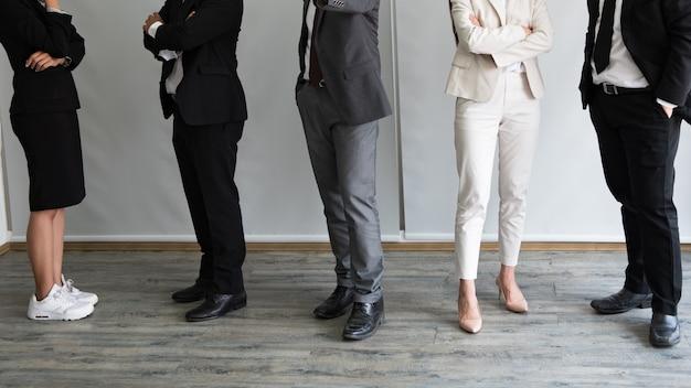 行に立っているさまざまなビジネス人々が足でクローズアップ。 Premium写真