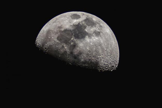 暗い空に半月。 Premium写真