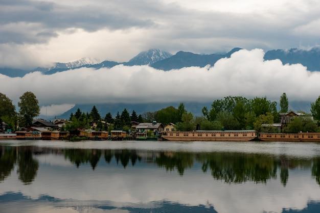 インド、スリナガルカシミールの観光サービスのための湖のボートハウス。 Premium写真