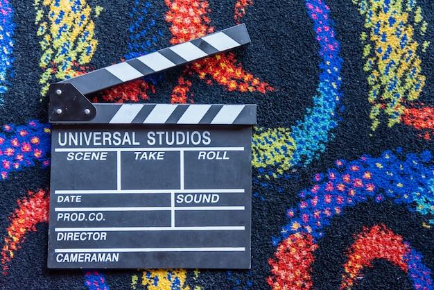 アクセサリーディレクタービデオ機器カラフルな映画スタイルのカーペットの背景 Premium写真