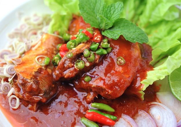 Острые сардины в томатном соусе, рыбные консервы, по-тайски Premium Фотографии