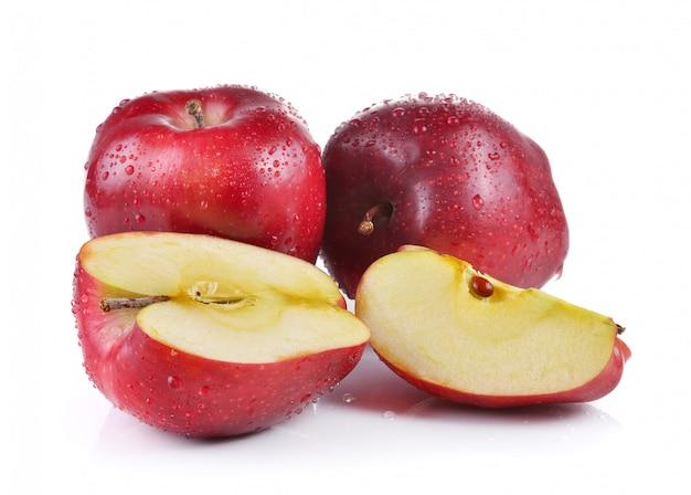 分離された水滴と赤いリンゴ Premium写真
