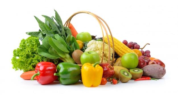 Овощи и фрукты на белом Premium Фотографии