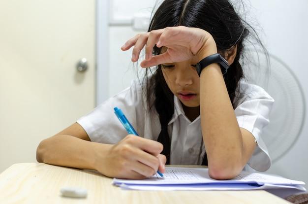 子供たちは宿題から悲鳴を上げる Premium写真
