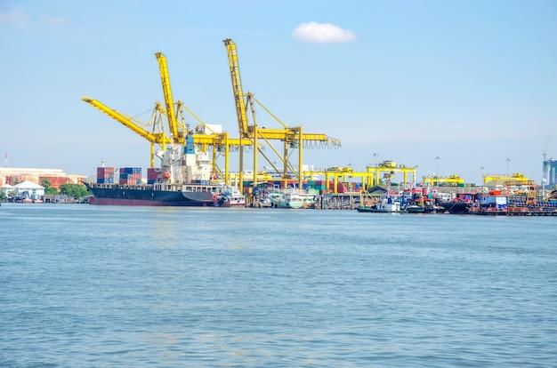Промышленный порт доставки Premium Фотографии