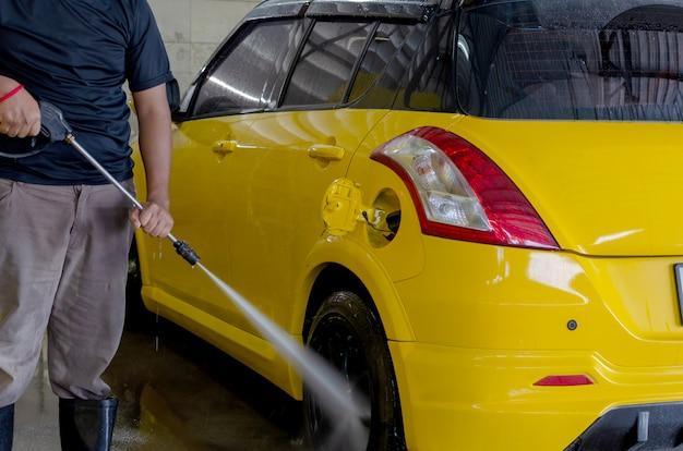 男性が洗車を洗う Premium写真
