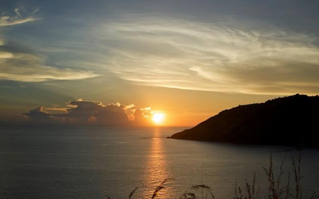 ビーチの夕日。 Premium写真
