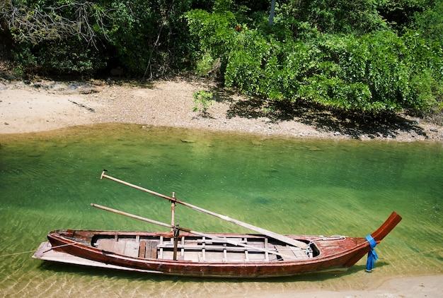 タイの伝統的な列車のボート。 Premium写真