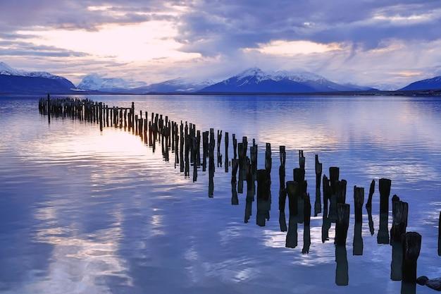 桟橋の夕日の景色。 Premium写真