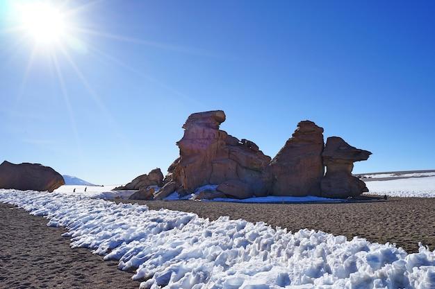 ボリビアウユニの冬の雪のある自然石公園の景観。 Premium写真
