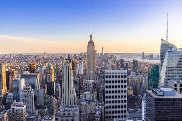 アメリカ合衆国日没時の高層ビルとダウンタウンマンハッタンのニューヨーク市のスカイライン Premium写真