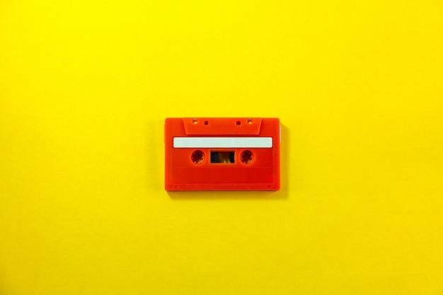 Взгляд сверху красной классической кассеты ленты против желтой изолированной предпосылки Premium Фотографии