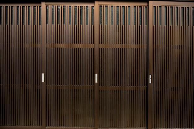 茶色のアルミ製ドアパターン。 Premium写真