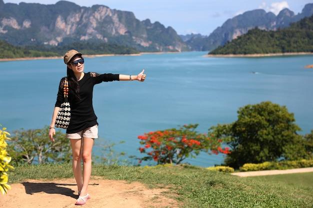 美しい若い女性は海を楽しむ Premium写真