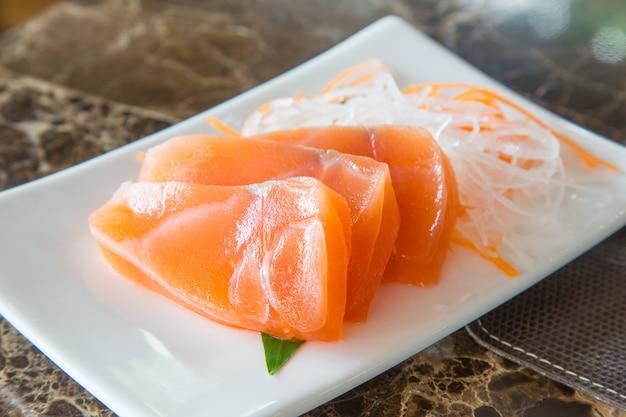 Свежий лосось на тарелке с овощами Premium Фотографии