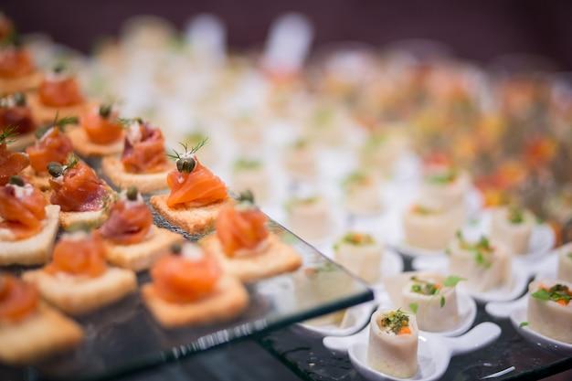 前菜の様々な美味しいサーモン、非常に小さな被写界深度 Premium写真