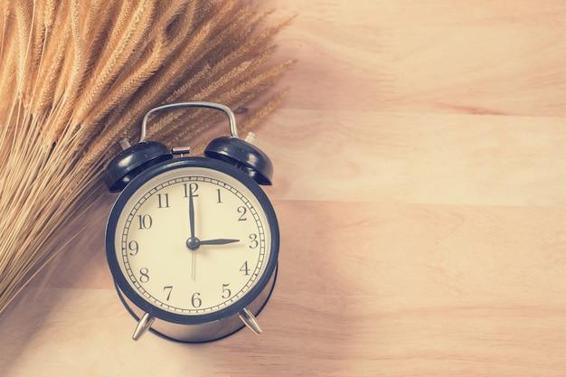 木の上のレトロな目覚まし時計 Premium写真