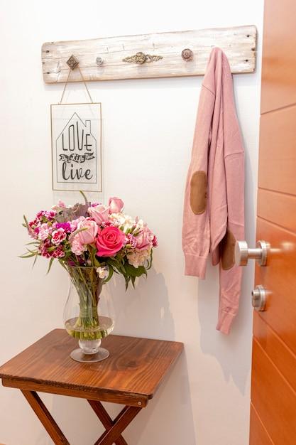 家の入り口にバラとアジサイのフラワーアレンジメント Premium写真