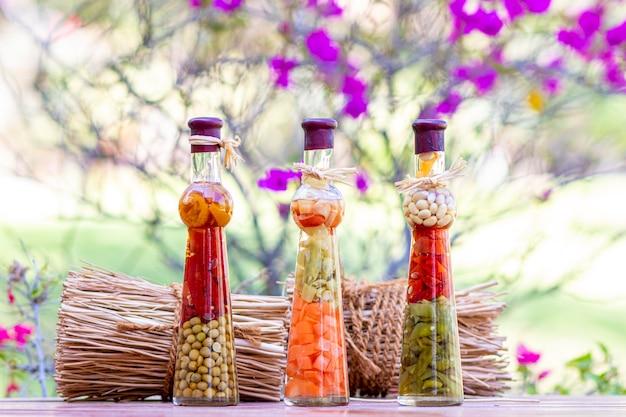 木製のテーブルに漬物の瓶 Premium写真