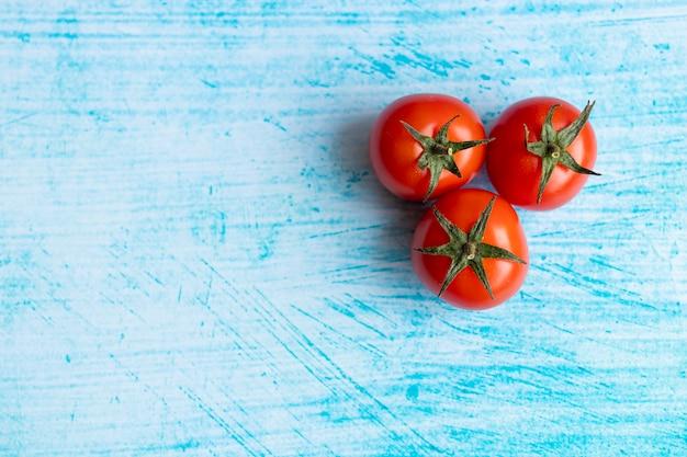 青い筆の背景にチェリートマト Premium写真