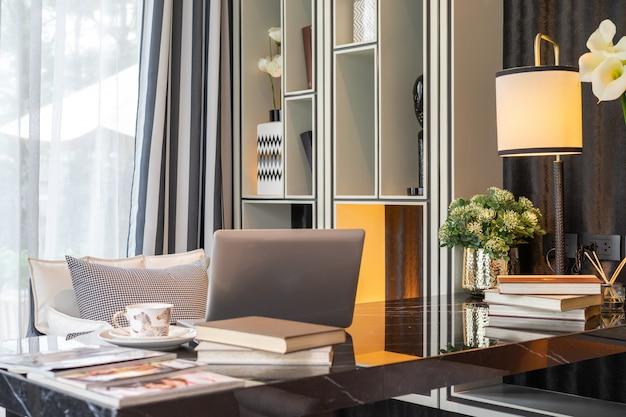 Домашний офис и оборудование для комфортного и спокойного отдыха. дизайн интерьера. Premium Фотографии