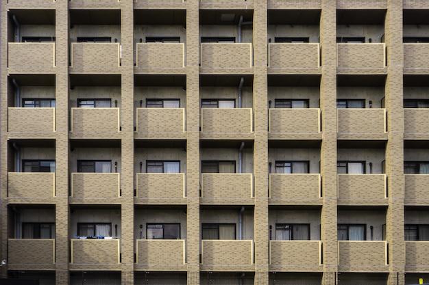 日本の集合住宅のバルコニーと窓 Premium写真