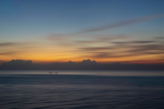 夕日や日の出の海でボートで美しい海の景色。自然光。 Premium写真