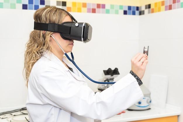 仮想現実眼鏡を着用している女性医師。医療技術のコンセプト Premium写真